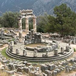 1024px-Delphi_tholos_cazzul